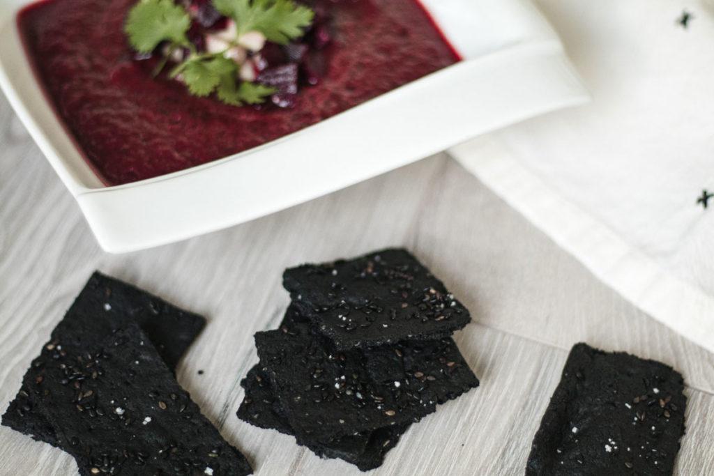 recette de soupe froide aux betteraves et craquelins paléo au charbon activé
